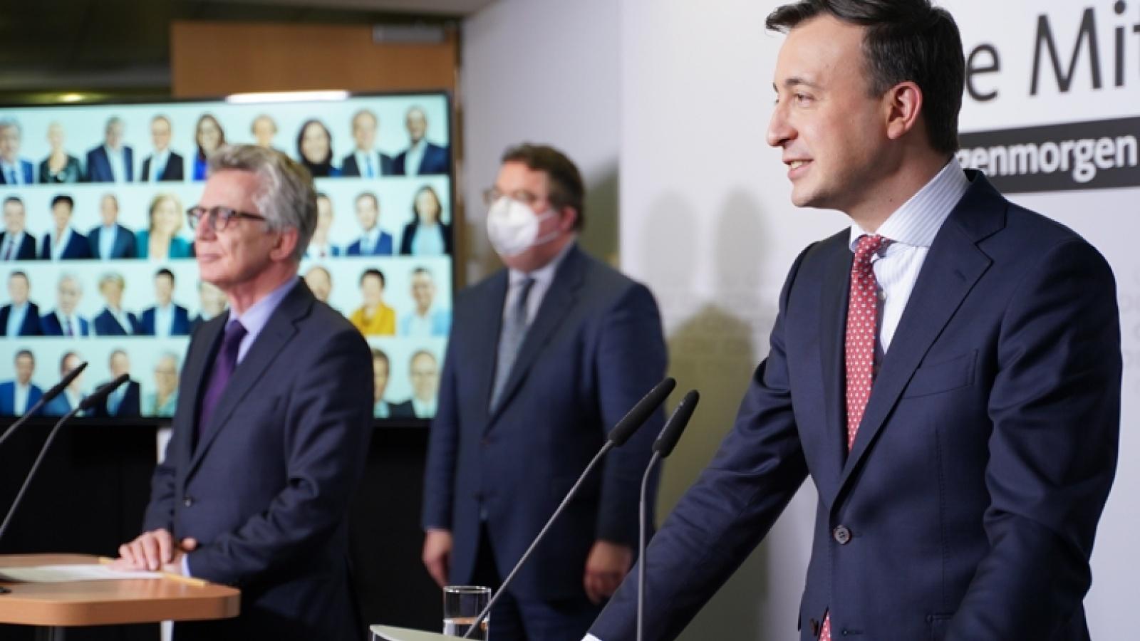 CDU-Generalsekretär Paul Ziemiak und der Sprecher des Wahlvorstands, Thomas de Maizière, während der Bekanntgabe des Briefwahlergebnisses