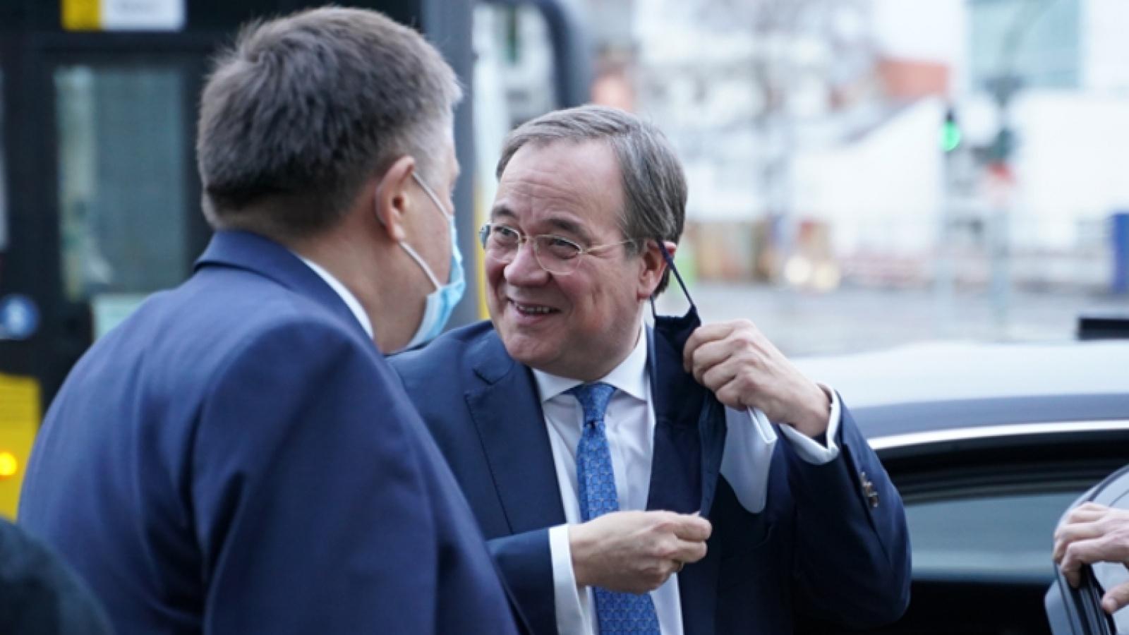 Der CDU-Vorsitzende Armin Laschet wird bei seiner Ankunft vom Leiter des Bereichs Organisation, Ulf Leisner, begrüßt