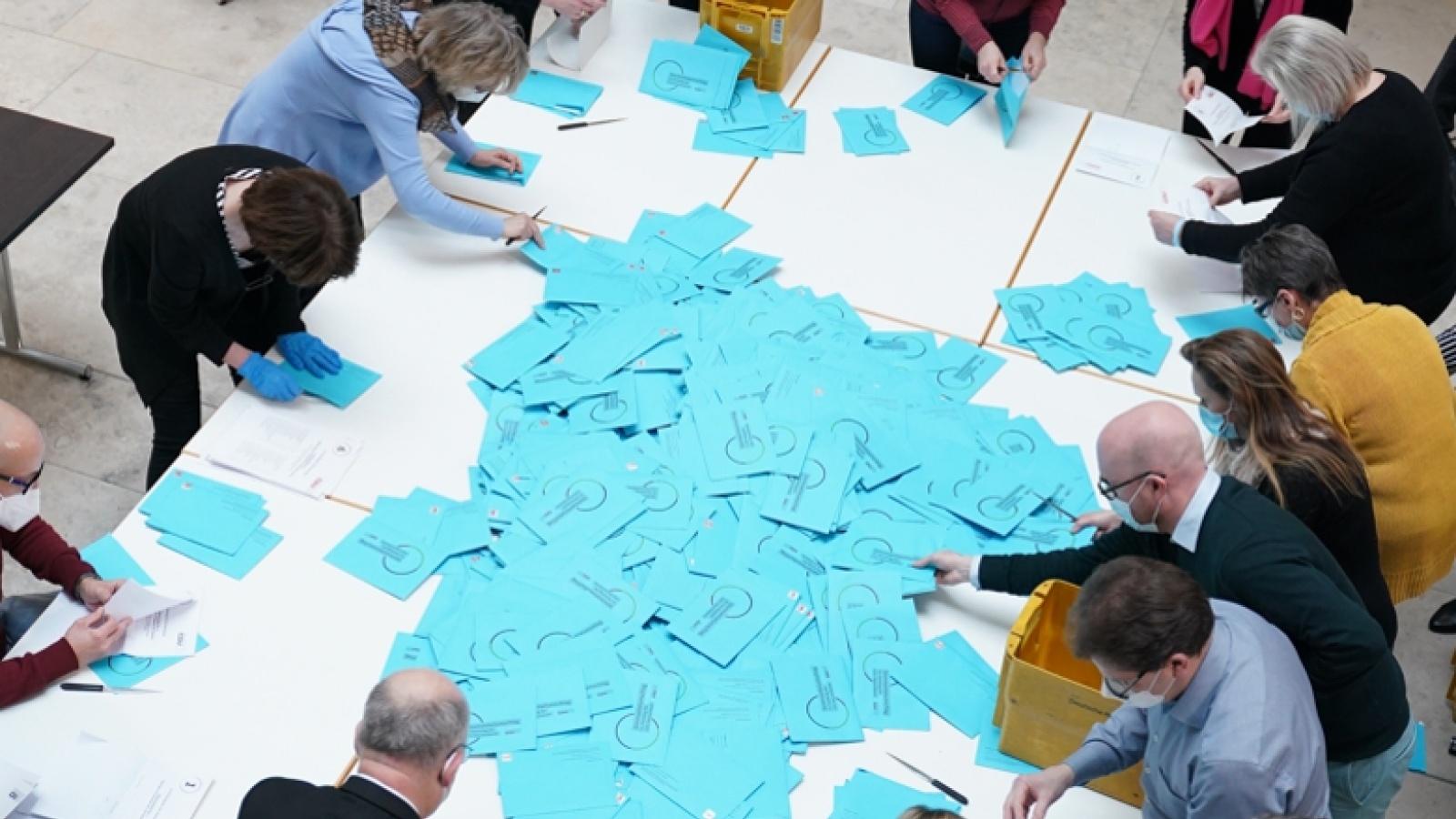 Die blauen Briefwahlumschläge kurz vor ihrer finalen Bestimmung