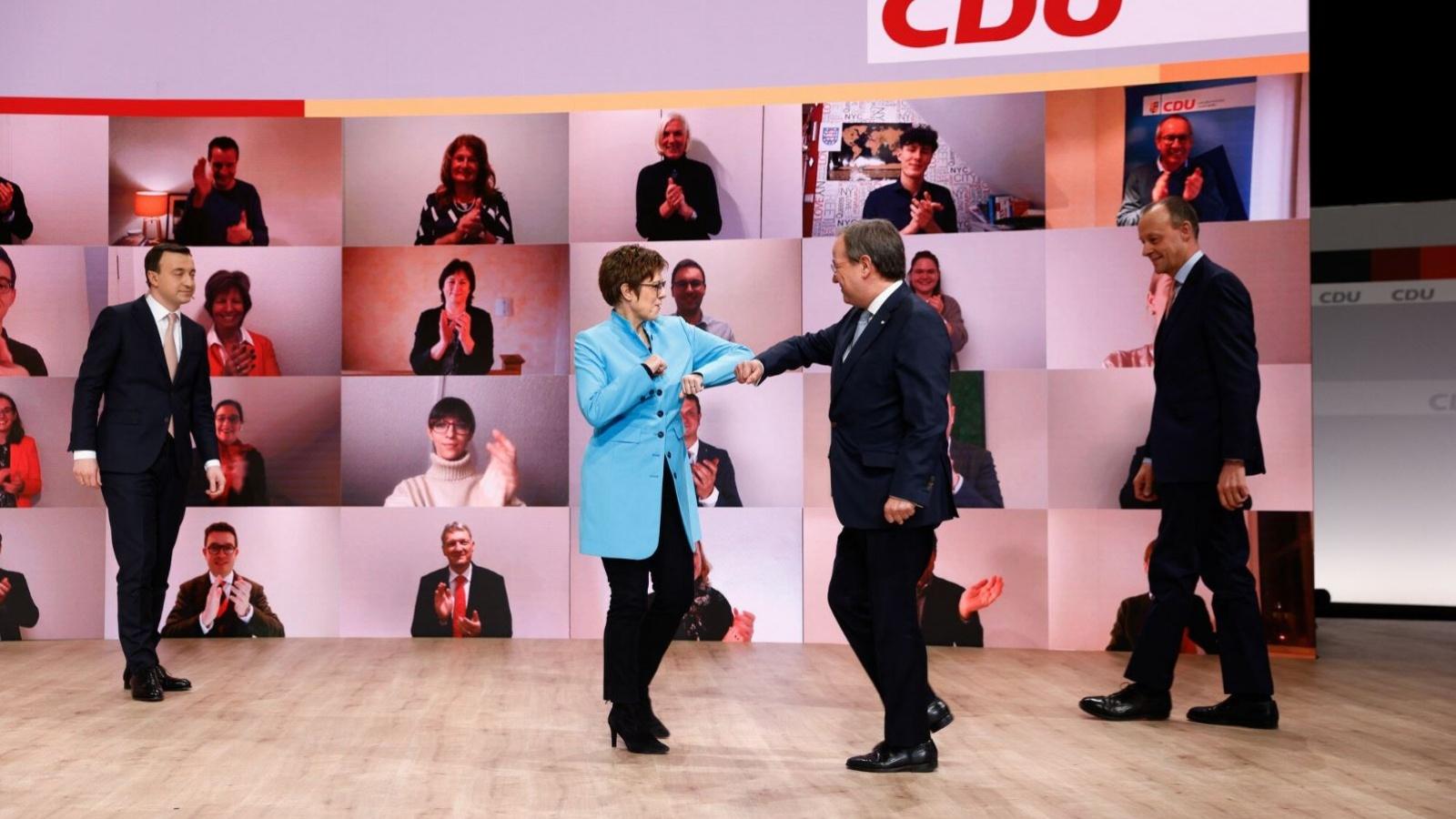 Die scheidende Vorsitzende Annegret Kramp-Karrenbauer gratuliert ihrem Nachfolger Armin Laschet