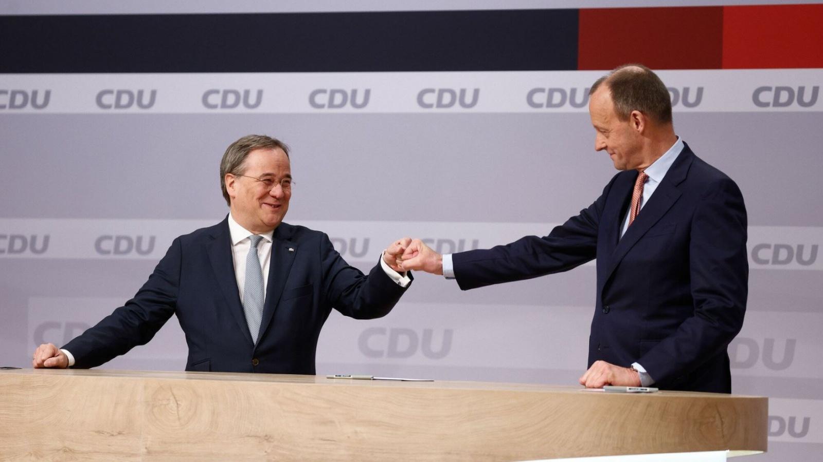 Der erste Glückwunsch kam vom unterlegenen Kandidaten Friedrich Merz: Armin Laschet ist neuer CDU-Vorsitzender