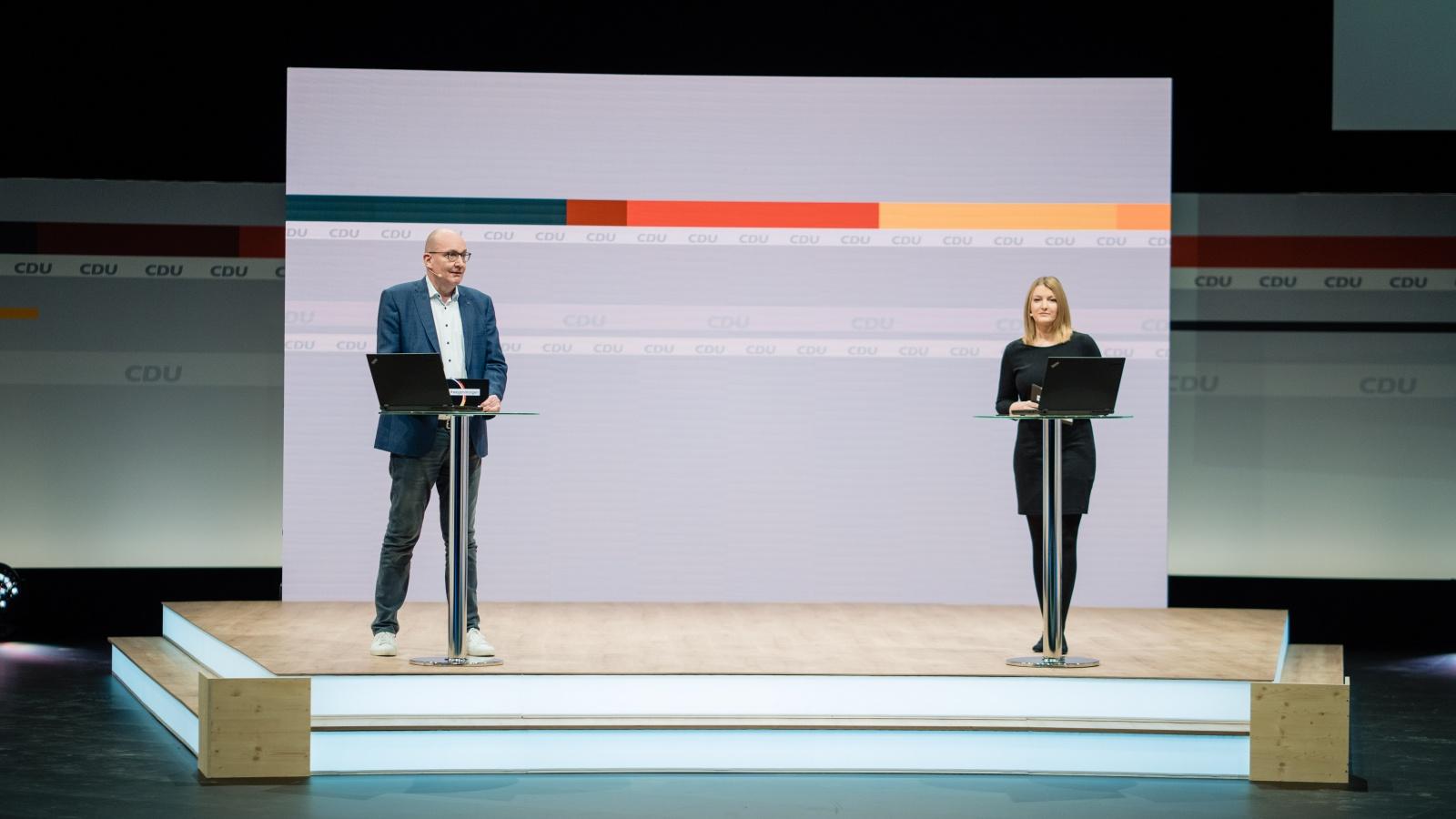 """Das Moderatoren-Team der CDU, Christine Quasdorf und Frank Niebuhr, an ihrem weitläufigen Arbeitsplatz im """"Hub27"""""""